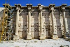 在Hadrian大理石块墙壁,与框架的科林斯柱式专栏古典罗马图书馆的恢复未完成作品  图库摄影