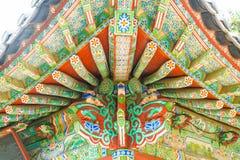 在Haedong Yonggungsa寺庙的美好的建筑学坐在a 库存图片