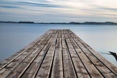 在hafrsfjord的小木桥 免版税图库摄影