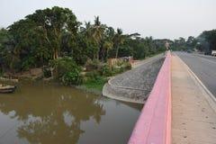 在halda桥梁 Halda Nodi/河、一条旁边河和另一条小路 库存图片