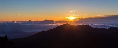 在Haleakala山顶的日出  免版税库存图片