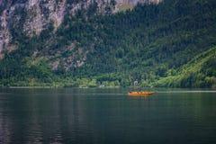 在Hallstatt,奥地利湖的一条小船  库存照片