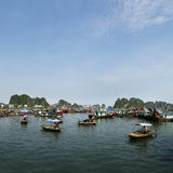 在halong海湾海湾的小船  库存照片