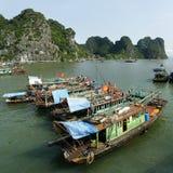 在halong海湾海湾的小船  库存图片