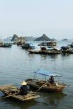 在Halong海湾的小船 免版税库存照片