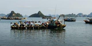 在Halong海湾的小船 免版税库存图片