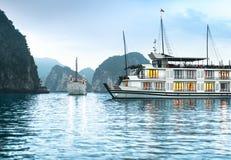 在美丽的Halong的二艘船咆哮,越南,亚洲。 库存图片