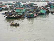在Halong的小船咆哮,越南。 库存图片