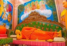 在Halpanwila寺庙的斜倚的菩萨雕象 库存图片
