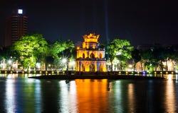 在Hanoi Hoan Kiem湖夜视图的乌龟塔 库存图片