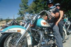 在Harley Davidson摩托车的一对夫妇, 免版税库存照片