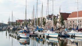 在Harlingen,荷兰南港口运河的小船  免版税库存照片