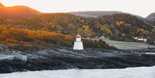 在Hasselvika附近的传统挪威灯塔 图库摄影