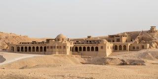 在Hatshepsut寺庙附近的一个大厦在卢克索 免版税库存图片