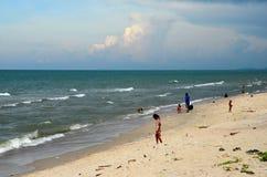在Hatyai北大年高速公路南泰国旁边的泰国湾海滩 免版税库存照片