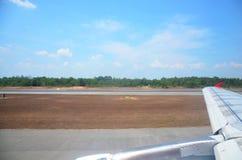 在Hatyai国际ai时观看风景,当航行器着陆 免版税库存照片
