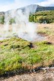 在Haukadalur喷泉谷的火山口在冰岛 库存图片