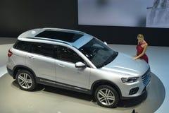 在Haval H6夫妇SUV的时装模特儿 免版税库存照片