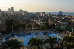 在Havanna的看法和一家豪华旅馆的水池 免版税库存图片