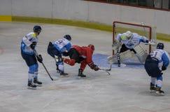 在HC Vojvoidna诺维萨德和HC特里格拉夫峰克拉尼之间的国际曲棍球联盟IHL比赛 库存照片