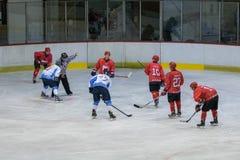 在HC Vojvoidna诺维萨德和HC特里格拉夫峰克拉尼之间的国际曲棍球联盟IHL比赛 免版税库存图片