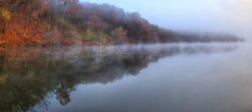 在HDR的有雾的河岸叶子 免版税库存图片