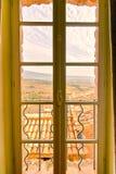 在HDR的窗口视图从Crillon Le勇敢在普罗旺斯在法国 免版税库存照片