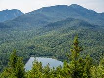 在Heart湖和阿尔根金族山的看法 免版税库存照片