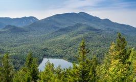在Heart湖和阿尔根金族山的看法 免版税库存图片