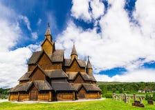 在Heddal梯级教会,泰勒马克郡,挪威的夏天晴天 免版税库存照片