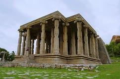 在Hemakuta小山,亨比,卡纳塔克邦的寺庙废墟 库存照片