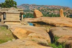 在Hemakuta小山,亨比,印度的古老废墟 图库摄影