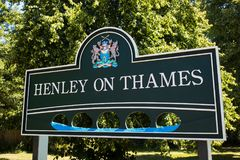 在Henley之外的路标在泰晤士在牛津郡英国 库存图片