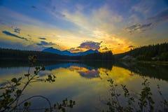在Herbert湖,班夫的日落 库存图片