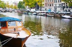 在Herengracht运河的客船在阿姆斯特丹 库存照片