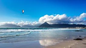 在Het Kommitjie的海滩社区的Kitesurfing在开普敦附近的 免版税图库摄影