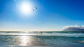 在Het Kommitjie的海滩社区的Kitesurfing在开普敦附近的 库存照片