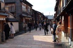 在Higashi驱虫苋的一件夫妇佩带的和服,叫作艺妓distri 库存照片