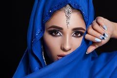 在hijab的华美的年轻东部妇女面孔画象 有明亮的眼眉的秀丽式样女孩,完善的构成,接触她 图库摄影