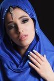 在hijab的华美的年轻东部妇女面孔画象 有明亮的眼眉的秀丽式样女孩,完善的构成,接触她 免版税库存照片