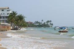 在Hikkaduwa海滩的海浪 斯里南卡 库存照片