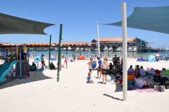 在Hillarys小船港口的海滩 免版税库存图片