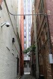 在historial大厦之间的胡同 免版税库存图片