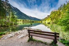 在Hitersee湖的小长凳在阿尔卑斯,欧洲 免版税图库摄影