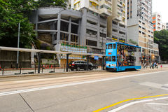 在HK的街道上的双层甲板船电车 免版税图库摄影