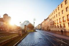 在Hlavna街道上的晴天在科希策,斯洛伐克 免版税库存照片