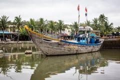 在Hoai河的一条木小船在会安市,越南 免版税库存图片