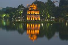 在Hoan Kiem湖的塔乌龟在晚上微明下 河内越南 库存图片