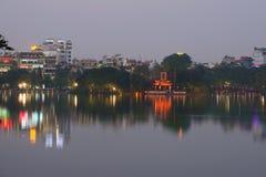 在Hoan Kiem湖的晚上微明 越南 免版税库存照片