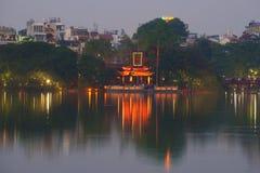 在Hoan Kiem湖的紫色微明 玉山的寺庙的看法 库存图片